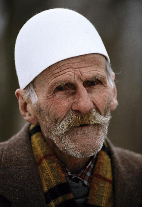 fred bourcier photographe reportage kosovo homme pristina