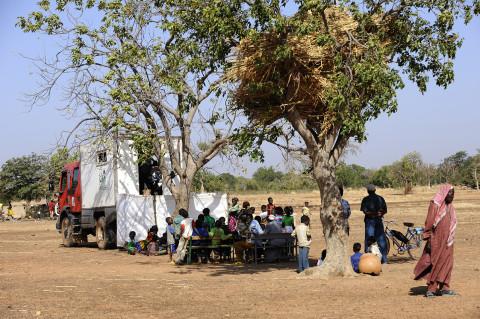 visite médicale dans la brousse au burkina faso pour l'association enfants du monde reportage photo fred bourcier