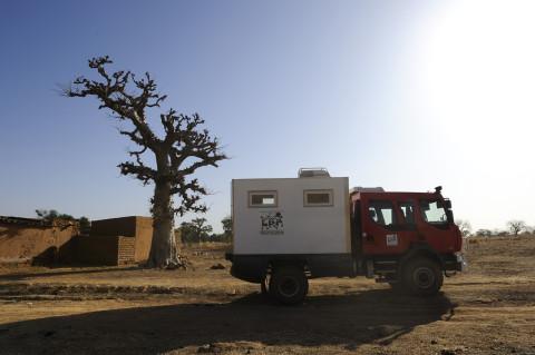 reportage médecin itinérant dans la brousse au nord du Burkina Faso soins médicaux enfants association enfant du monde ambulance 4x4 renault trucks photos fred bourcier