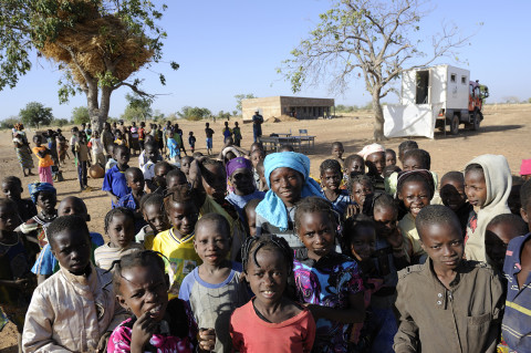 reportage photo attente consultation médecin itinérant dans la brousse au nord du Burkina Faso soins médicaux enfants association enfant du monde ambulance renault trucks photos fred bourcier
