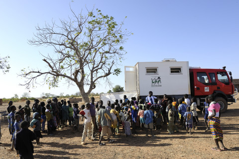 attente pour une consultation médecin itinérant dans la brousse au nord du Burkina Faso soins médicaux enfants association enfant du monde photos fred bourcier