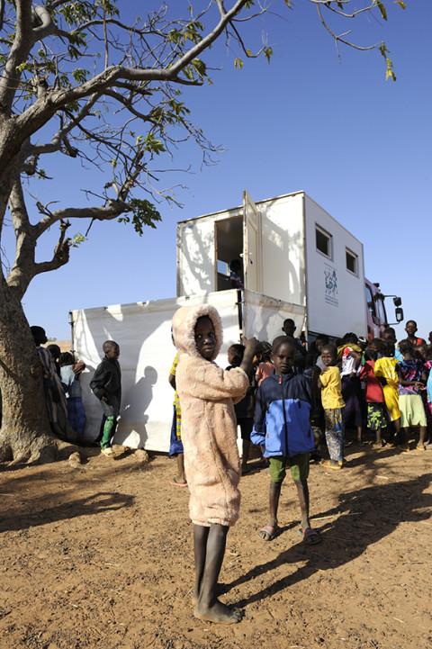reportage photo attente pour une consultation médecin itinérant dans la brousse au nord du Burkina Faso soins médicaux enfants association enfant du monde photos fred bourcier