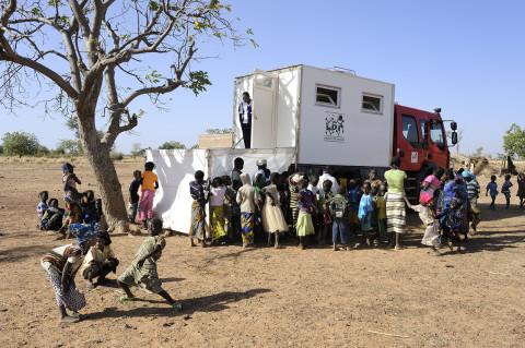 reportage photo attente pour une consultation médecin itinérant dans la brousse au nord du Burkina Faso soins médicaux enfants photos fred bourcier