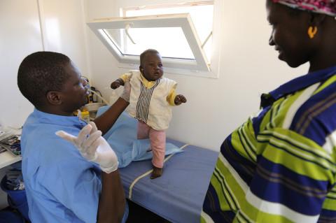 reportage médecin itinérant dans la brousse au nord du Burkina Faso soins médicaux enfants photos fred bourcier