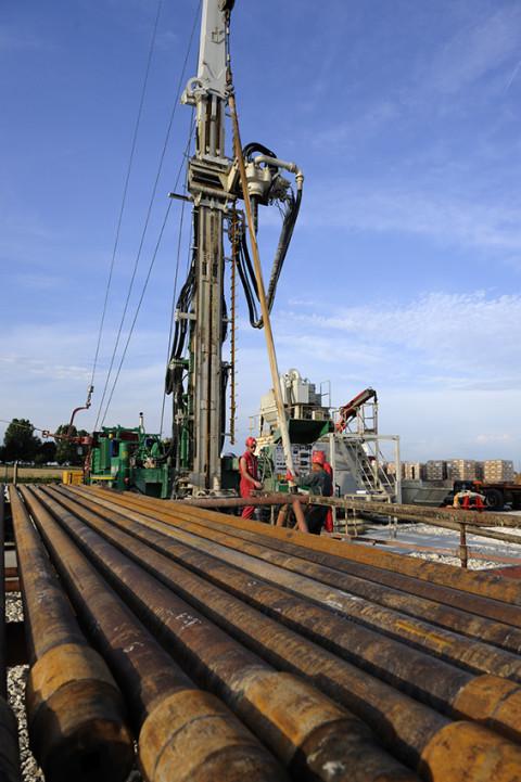 reportage photo avec vue d'ensemble site forage pétrole français photo fred bourcier