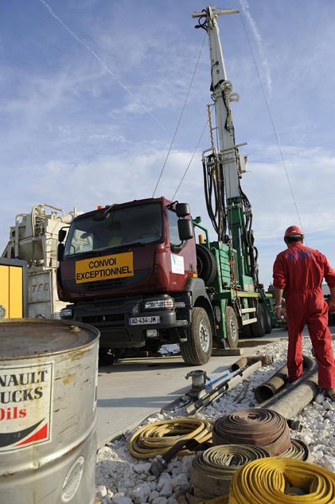reportage photo fred bourcier ouvrier et camion renault trucks sur site de forage pétrolie