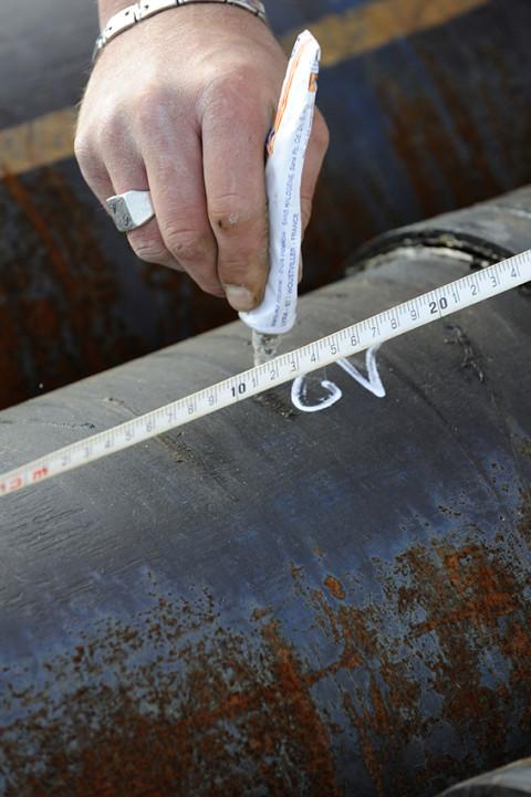 reportage photo sur site pétrolier marquage sur tube de foragefred bourcier photographe