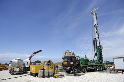 reportage sur site de forage avec camion renault trucks photo fred bourcier
