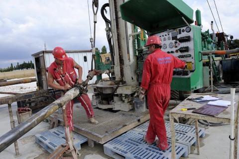 reportage site pétrolier mise en place des tubes de forages fred bourcier photographe