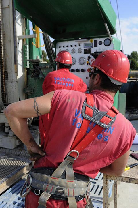 photo fred bourcier hommes travaillant sur site de forage pétrolier