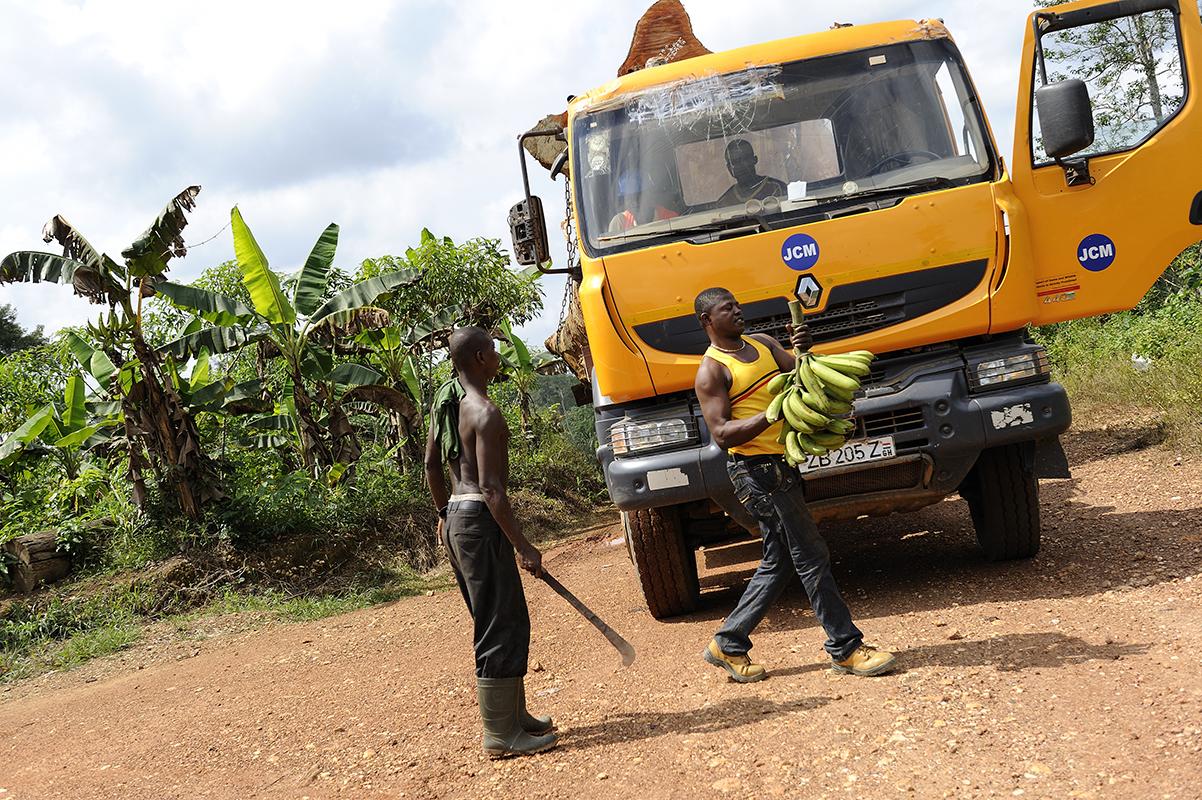 photographe reportage renault trucks ghana transport grumes bois 08 ~ Transport Grumes Bois
