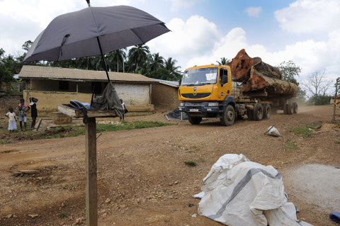 fred bourcier photographe reportage renault trucks ghana transport grumes bois 09