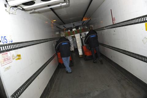 reportage photo chauffeurs livreurs chargeant leurs semi remorques camions