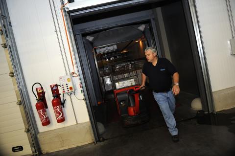 reportage fred bourcier photo chauffeur livreur chargeant son camion