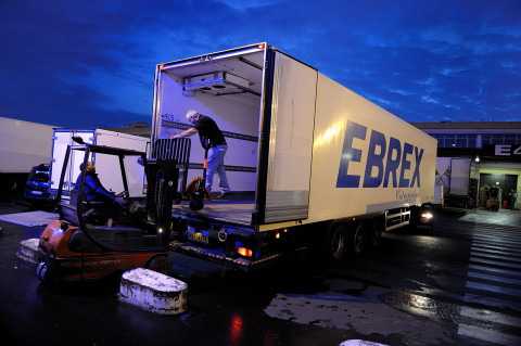 déchargement d'un camion Renault trucks au marche de gros de Rungis reportage photo fred bourcier