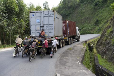 fred bourcier photographe reportage wfp renault trucks burundi 01