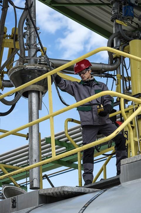 photo reportage centre pétrole-chimie remplissage de cuve équipement de sécurité protection EPI catalogue Bolle Safety