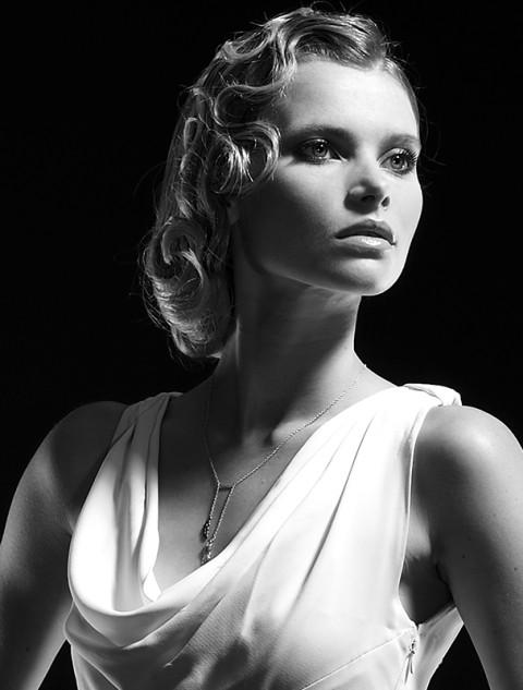 photographe fred bourcier portrait femme en noir et blancheur catalogue maty bijoux