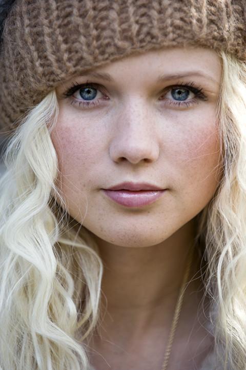 prise de vue beauté extérieur femme nature avec un bonnet photographe fred bourcier