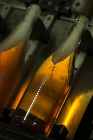 photo gros plan bouteilles et bulles de champagne Legret avant mise en place du bouchon reportage fred bourcier