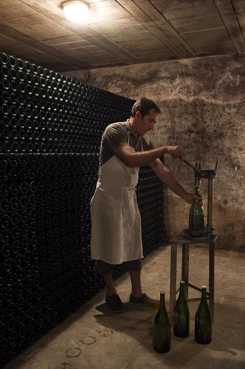 photo viticulteur dans caves de champagne Legret emboutiesage bouchons méthode artisanale reportage fred bourcier