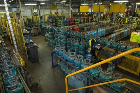 reportage usine vérification et remplissage gaz bouteilles de gaz primagaz france photo fred bourcier