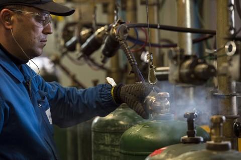 reportage industriel ouvrier usine primagaz vérification pression bouteilles de gaz photo fred bourcier