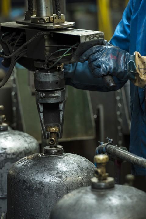 photo gros plan remplissage gaz bouteille primagaz complexe industriel gazier reportage fred bourcier