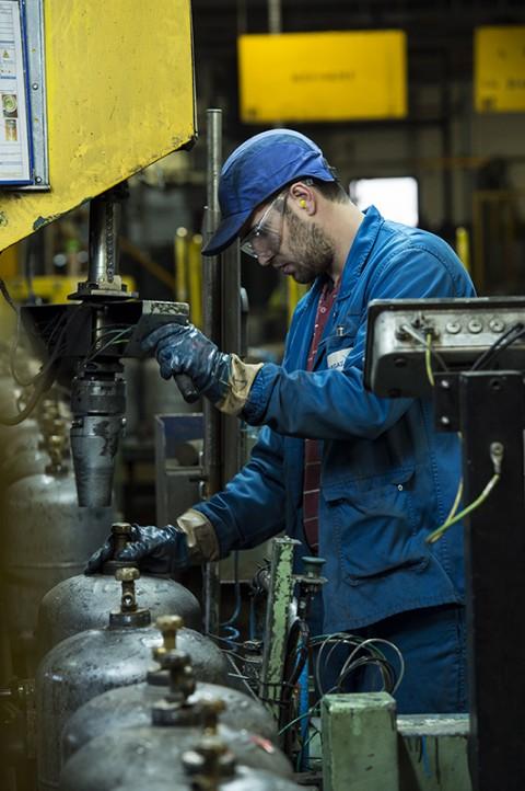 reportage sur site primagaz atelier usine vérification bouteilles de gaz photo fred bourcier