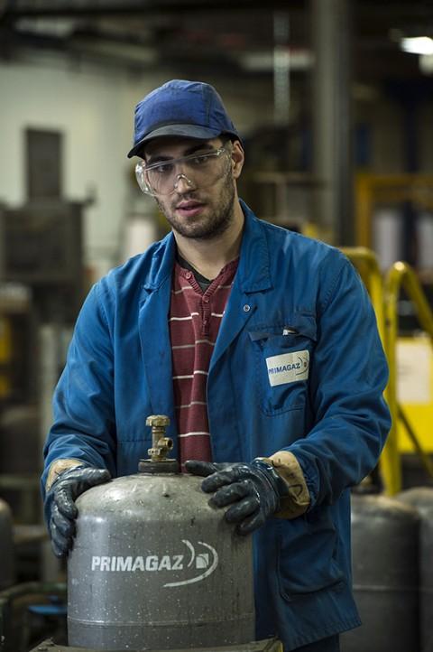 portrait ouvrier vérifiant bouteille de gaz atelier entretien primagaz photo fred bourcier