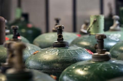 photo gros plan bouteille de gaz atelier entretien primagaz reportage fred bourcier