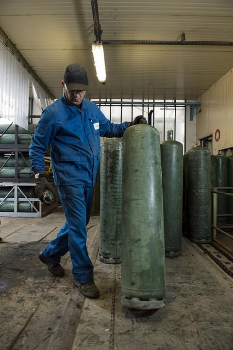 photo ouvrier dans atelier stockage et vérification bouteilles gaz primagaz france reportage photo fred bourcier