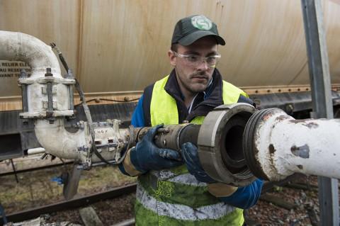 portrait ouvrier site gaz branchement et transport gaz citerne train rail reportage fred bourcier