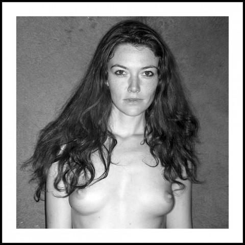 portrait noir et blanc femme cheveux détachés beaute naturelle photo fred bourcier