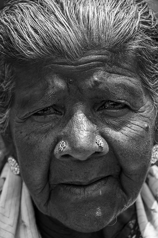 portrait noir et blanc femme travaillant dans une plantation de the région Kandy sri lanka