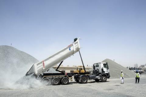 Reportage photo fred bourcier camion renault trucks déchargeant graviers entreprise BTP au Qatar