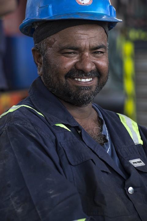 portrait homme travaillant garage par fred bourcier aux émirats arabes unis