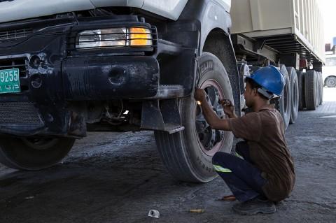 eportage de fred bourcier dans un garage aux émirats arabes entretien camion vérification feux