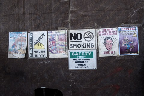 reportage photos par fred bourcier affichage sécurité garage émirats arabes unis