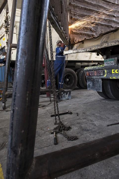 reportage par fred bourcier découpe benne camion garage renault trucks aux émirats arabes