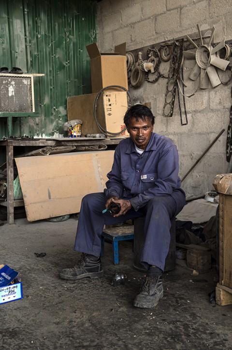 portrait par fred bourcier d'unhomme travaillant dans un garage aux émirats arabes