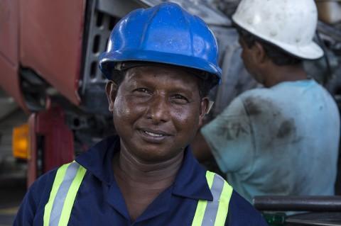 portrait homme travaillant garage émirats arabes par fred bourcier