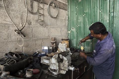 photo reportage fred bourcier pour renault trucks entretien camions émirats arabes