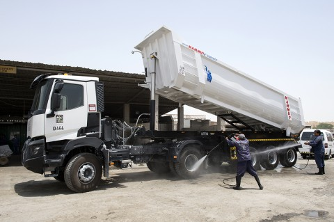 reportage photographique par fred bourcier pour renault trucks aux émirats arabes